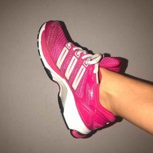 Adidas Respons, response stability 5. Använda två gånger då jag aldrig tränar längre men superbekväma när jag väl gjorde.