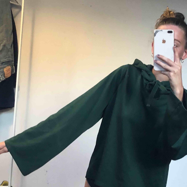 grön hoodie med utsvängda armar! frakten står köparen för✨. Huvtröjor & Träningströjor.