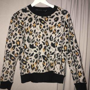 ascool leopardmönstrad sweatshirt från & other stories! frakt tillkommer🐆🐆