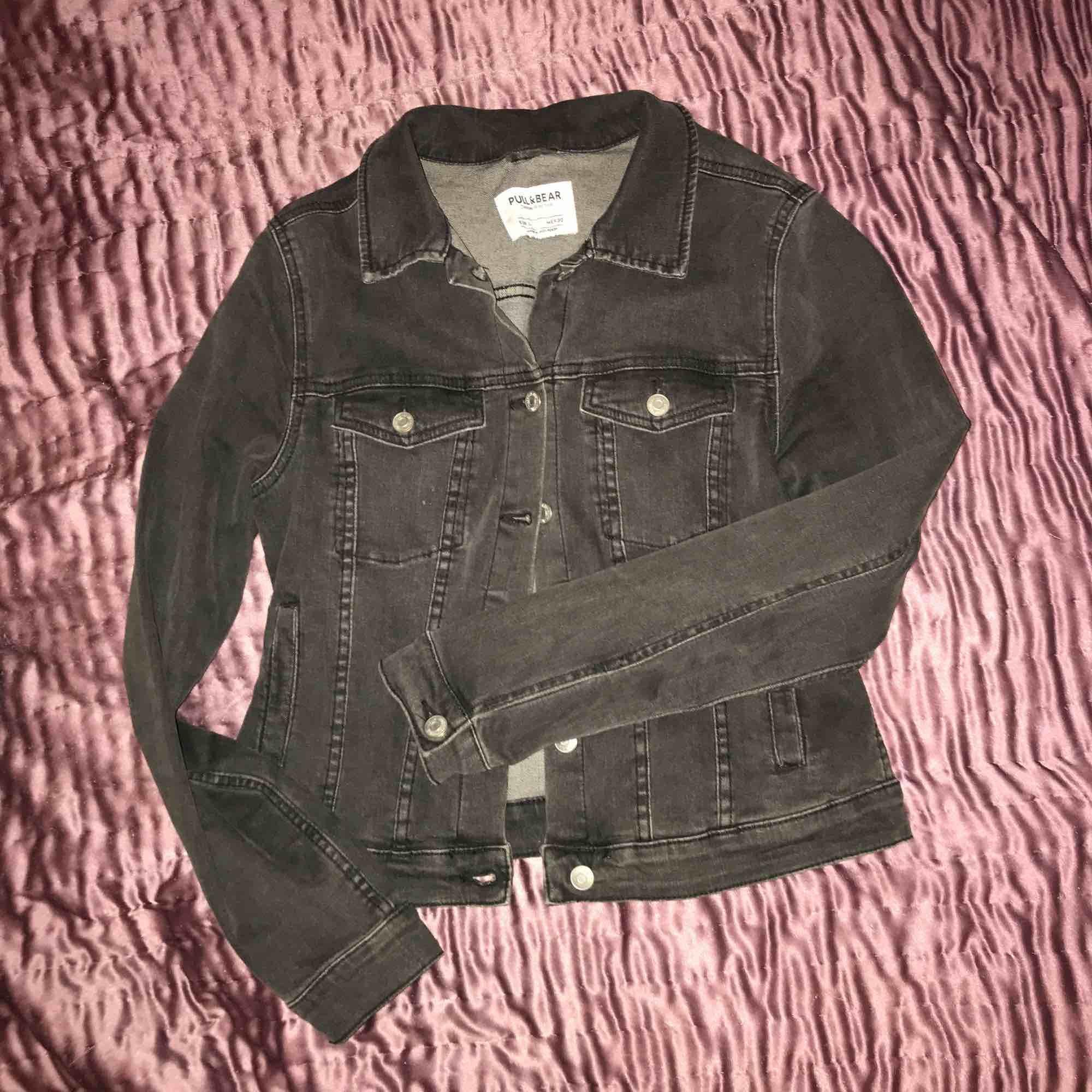 Stretchig svart jeansjacka från pull&bear. Mindre storlek än vanligt, så L är typ som S skulle jag säga. Skick som ny eftersom den knappt är använd sen den köptes i april 2018. Står ej för frakt🌟💕