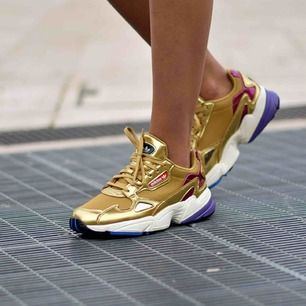 """Säljer nu mina Adidas """"Falcon"""" by Kylie Jenner då dem ej passar mig så bra. Använt dem 2grr. Köpta för 999kr plus frakt och är i nytt skick. Kan användas till träning då dem är jätte bekväma (vid rätt storlek 🤪)"""