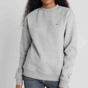 Tommy hiilfiger sweatshirt aldrig tvättat endast testat, är i storlek xxs oversized så passar xxs-s. Säljer pga användas inte nypris är 899.