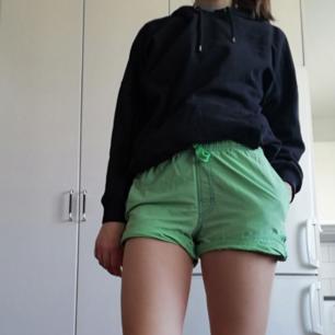 Gröna badshorts tror jag från Adidas men använt som vanliga shorts i stl XS snygga att vika upp. Najs retro logo/märke nere i hörnet. Frakt 42 kr.