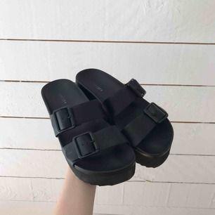 Knappt använda sandaler med platå
