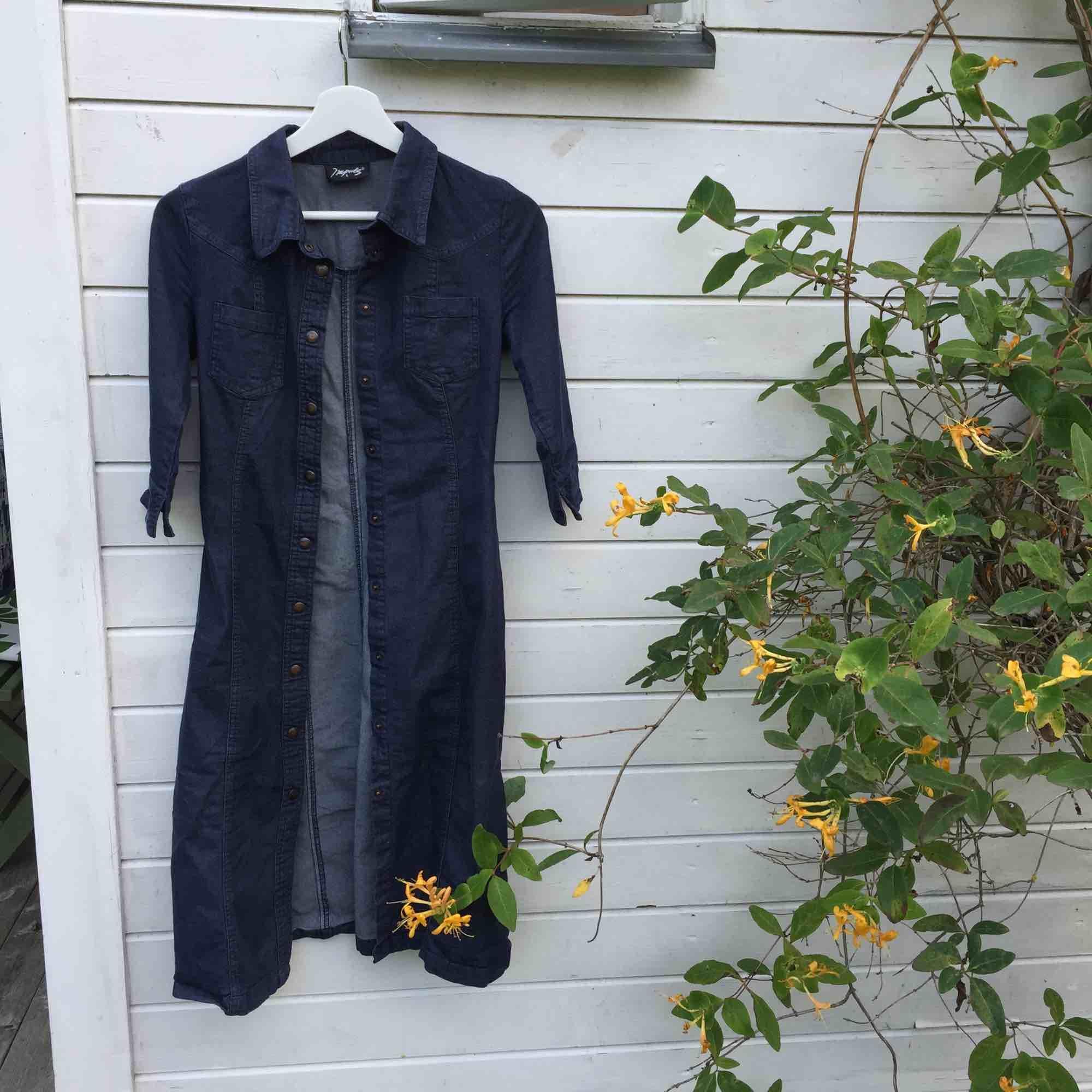 Snyggaste långa jeansklänningen från episka märket Impuls från HM på 90-talet. Stretchigt material och figurnära passform. Så fin och klassisk! 🦋. Klänningar.