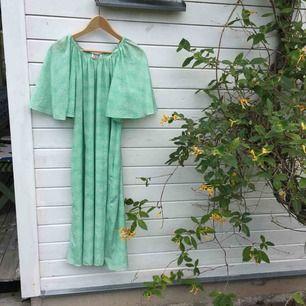 Finaste vintageklänningen från 70-talet från märket Katja of Sweden. Såå unik och somrig. Tunnt och svalt material, som en dröm! ☁️ (säljes för upp till 2000 kr på tradera)