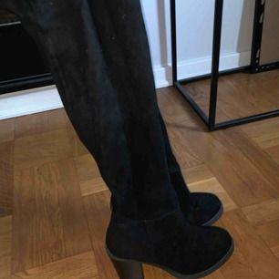 overknee svarta boots (klackar). Väääldigt snygga. Har en liten skada på ena benen med tyget som sitter lite löst men inget som påverkar när man har dom på. Passar 37-38. Köpare står för frakt ✨