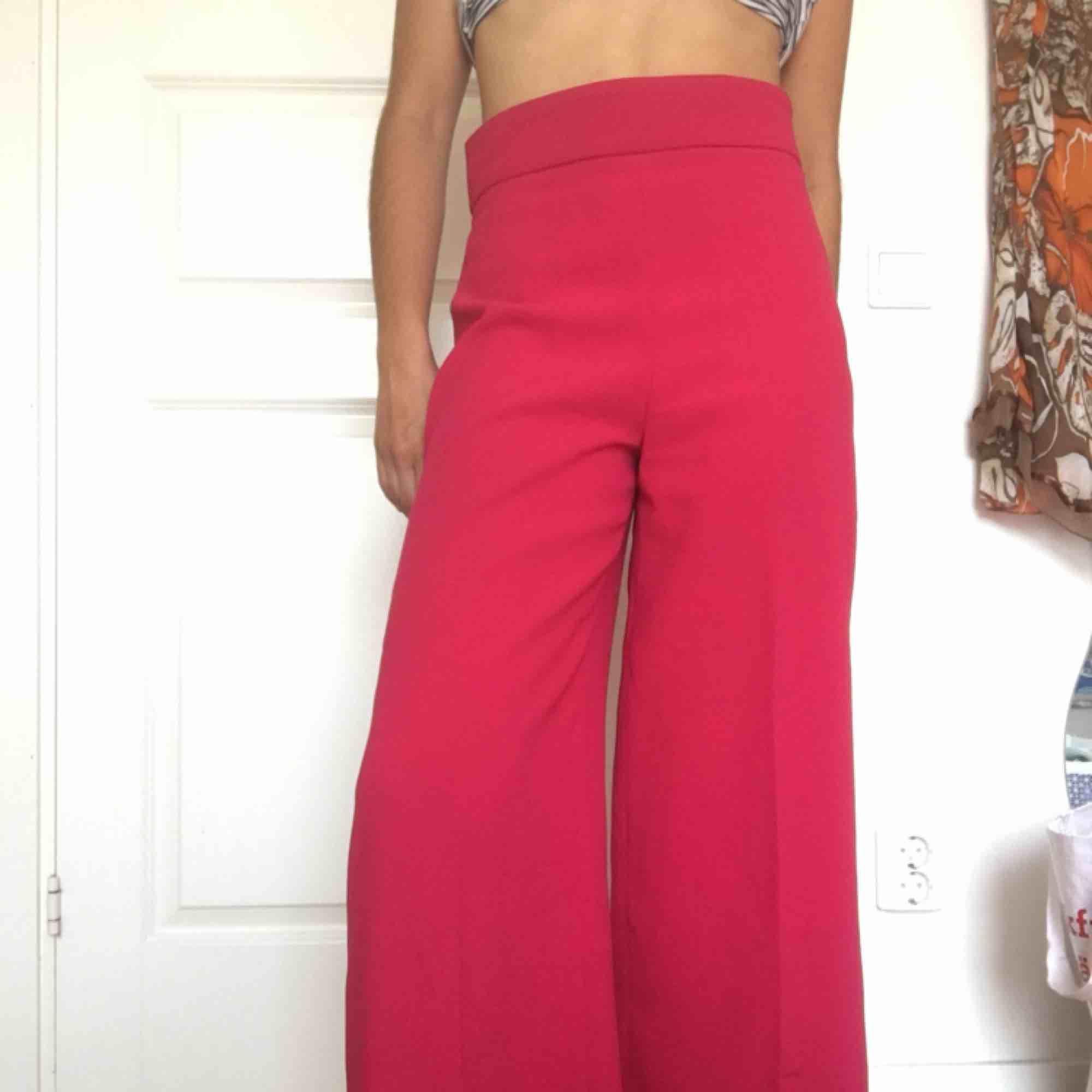 Rosa flowbyxor från zara, sparsamt använda. . Jeans & Byxor.