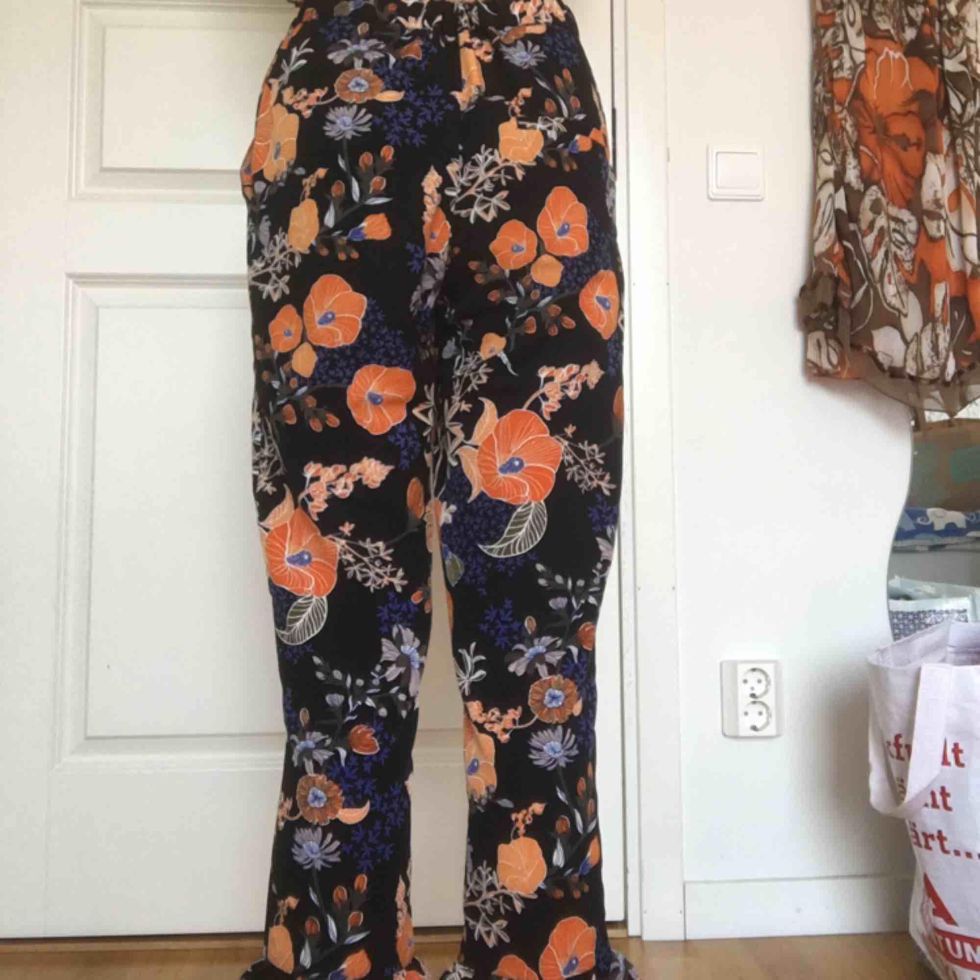 Blommiga byxor. Endast använda ett fåtal gånger så i mycket bra skick.. Jeans & Byxor.