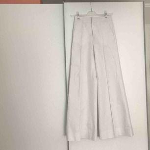 Vita flare kostymbyxor i 100% bomull. Nypris 2100:- aldrig använda.
