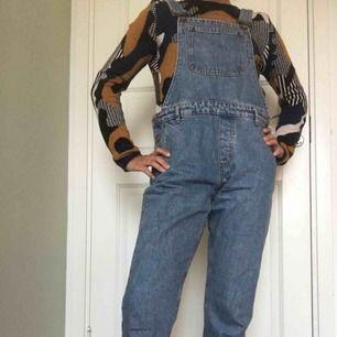 Hängselbyxor i jeanstyg. Använda en gång