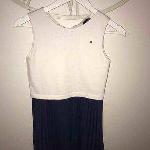 En vit klänning med marinblått ribbat tyg nertill från Tommy hilfiger, bra skick. Storlek L i barnstorlek men passar även bra på XS/S. Nypris: 950 kr! Mitt pris: 350 kr