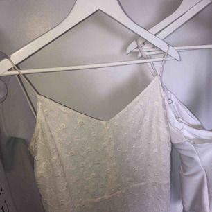 Superfin klänning ifrån mango, använd 2 gånger 🥰 öppen i ryggen, skriv till mig privat för fler bilder!