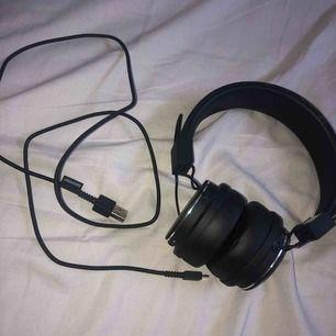 Urbanears plattan 2.Endast testade! bluetooth, laddarsladd till dom, man kan koppla in ett till par hörlurar så man kan lyssna 2.väldigt bekväma med bra ljud,men dom kommer tyvärr inte till användning för mig.Nypris 999:-