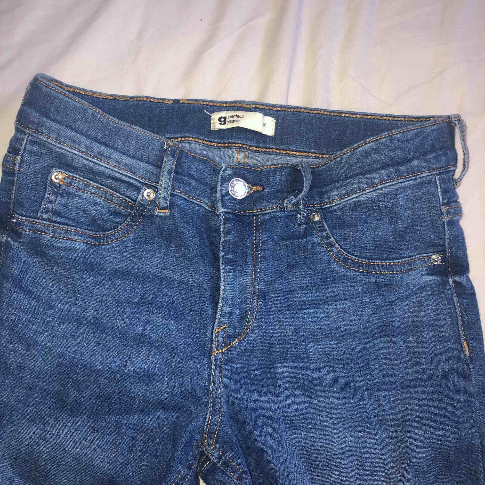 Jeans ifrån gina tricot modell perfect jeans, i storlek M. Lite slitet till höger där man stoppar in skärpet i men det syns ej så mycket. Skriv privat för mer bilder 🥰. Jeans & Byxor.