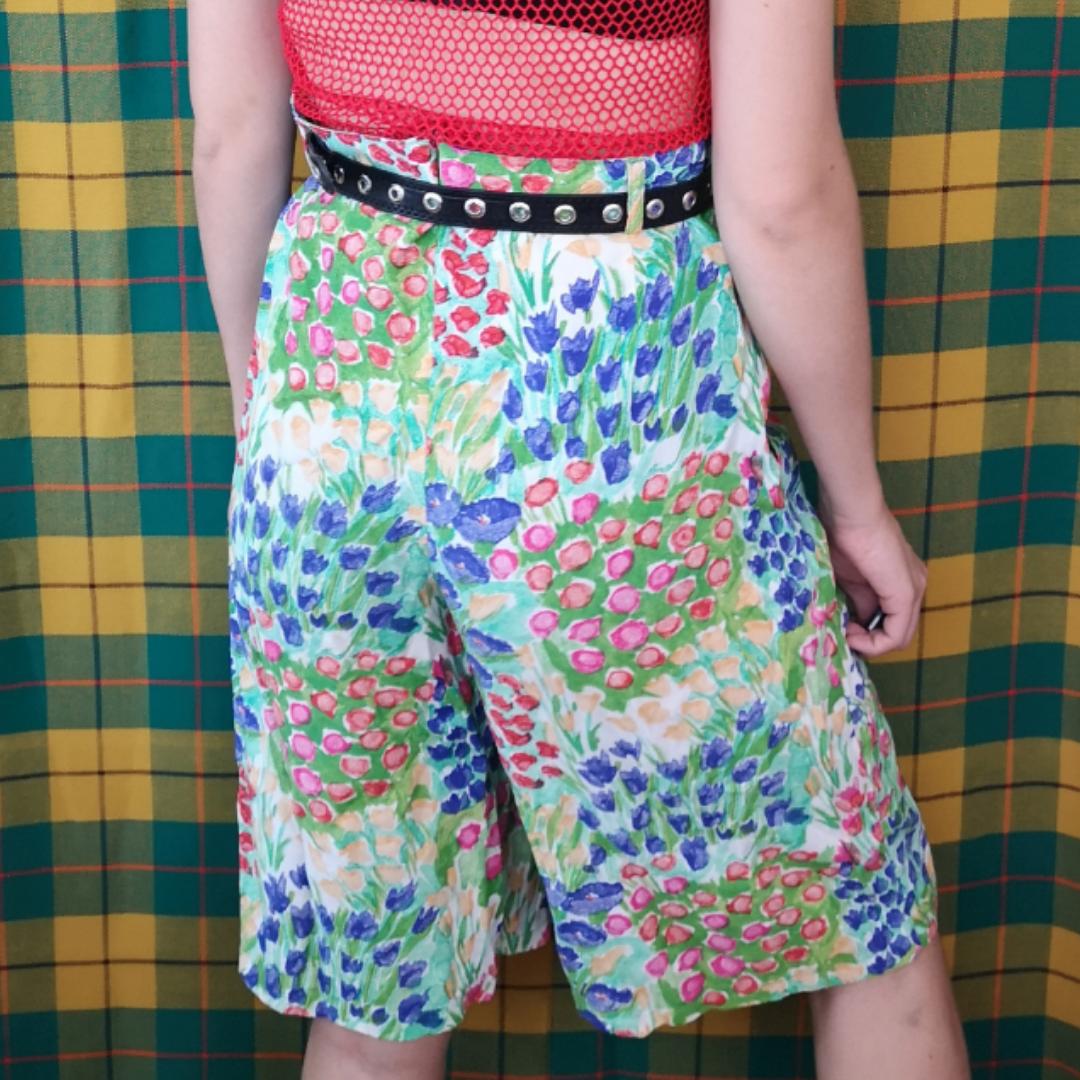 Supercoola unika shorts som räcker till strax över mitt knä, jag mäter cirka 170 cm. Köpta secondhand, väldigt unika. Har fickor! Frakten för denna ligger på 36 kr, samfraktar gärna! 😊👍 (mer fraktkostnad kan tillkomma vid köp av flertalet varor) . Shorts.