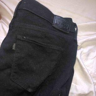 Levis jeans modellen 312 shaping slim, storlek 31. Skulle säga att dom sitter som L. Skriv till mig privat för mer bilder!