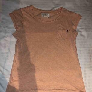 Säljer min orangea t-shirt. Har ett litet hål längst det på tröjan annars superfint skick