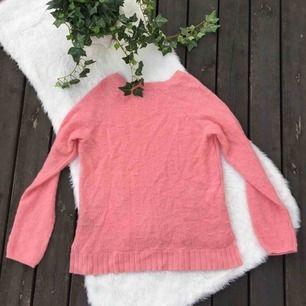 Tunnare stickad tröja från H&M. Knappt använd. Jättefint skick. Storlek S.  Köparen står för frakt, kan eventuellt mötas upp i Vimmerby.