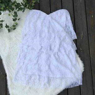 Hur fin klänning som helst med spets volanger. Storlek XS.  Köparen står för frakt, kan eventuellt mötas upp i Vimmerby.