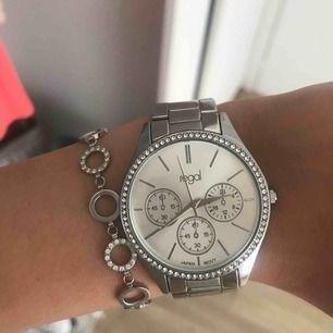 Klocka från regal, helt felfri säljer pga fick i julklapp och använder inte klockor. Tar emot swish, frakt ingår inte
