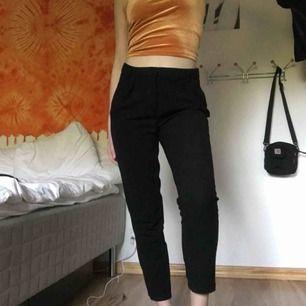 svarta kostymbyxor!