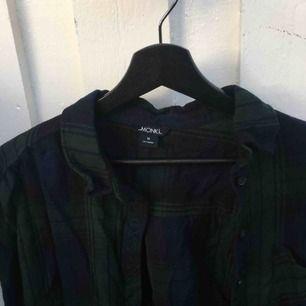 mörkblå/mörkgrön flanellskjorta, har använt som jacka!