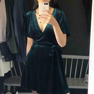 """Sammets grön klänning, färgen är jätte svår att fånga på bils men den är mycket mer grön och """"djup"""", säljer pga aldrig använd och inte min stil - köparen står för frakten ;))"""