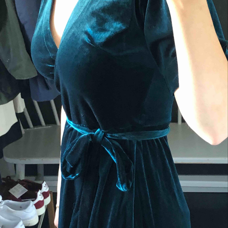 """Sammets grön klänning, färgen är jätte svår att fånga på bils men den är mycket mer grön och """"djup"""", säljer pga aldrig använd och inte min stil - köparen står för frakten ;)) . Klänningar."""
