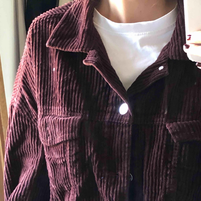 Brun jacka som är jätte fin meeen för stor för mig så den kommer inte till användning längre :-// köparen står för frakten . Jackor.