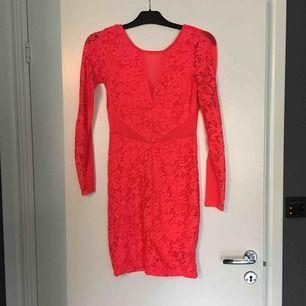 Neon orange klänning med mesh och spets! Super snygg och såå cool. Använd 2ggr