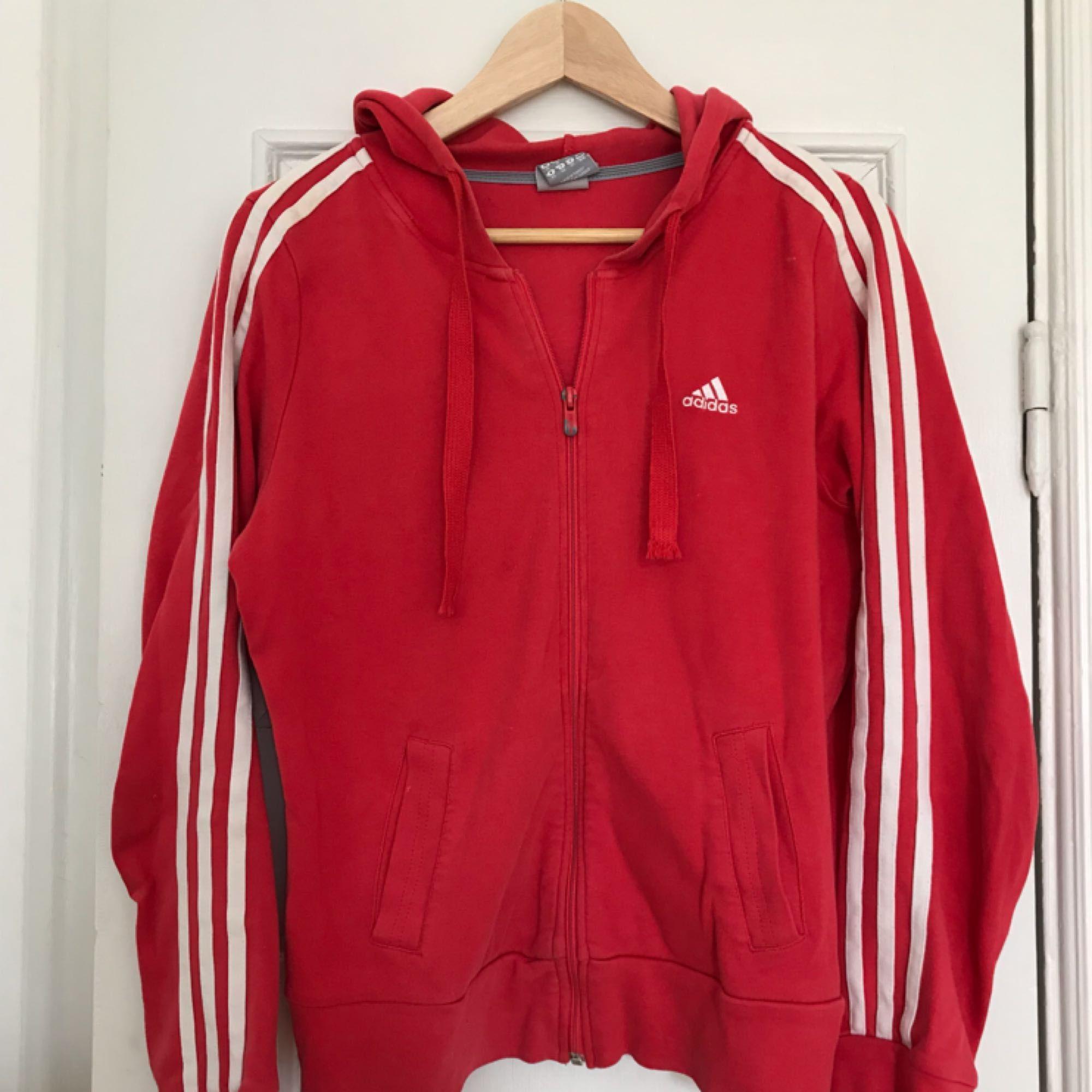 En hoodie från Adidas, köpt på Second hand i Paris. Superskön och funkar att klä upp eller som mysplagg. Kan mötas upp i Stockholm. Om man vill ha den skickad är priset 100kr exkl. frakt. Huvtröjor & Träningströjor.