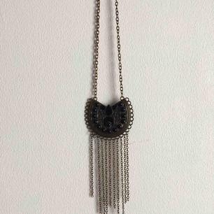 Långt halsband köpt på marknad i Berlin för några år sedan 🌸