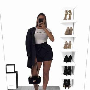 Säljer dessa svarta shorts som sitter som en smäck!