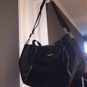 Otroligt rymlig (äkta) Björn Borg väska köpt på Väskan på Avion i Umeå. Original pris: mellan 500-599kr.  Säljer pga använder inte längre.  Kan frakta, men du som köpare står för frakten!