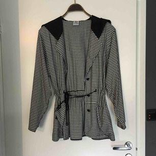 Vintage jacka, lite oversize med små axelvaddar. Cool och lite annorlunda
