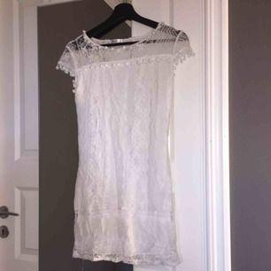 Jättesöt spetsklänning i storlek M, men på sista bilden kan du se hur den sitter på mig som har S. Kan vara smått genomskinlig, men ha vita/beigea underkläder så borde det gå bra! Köparen står för frakt.