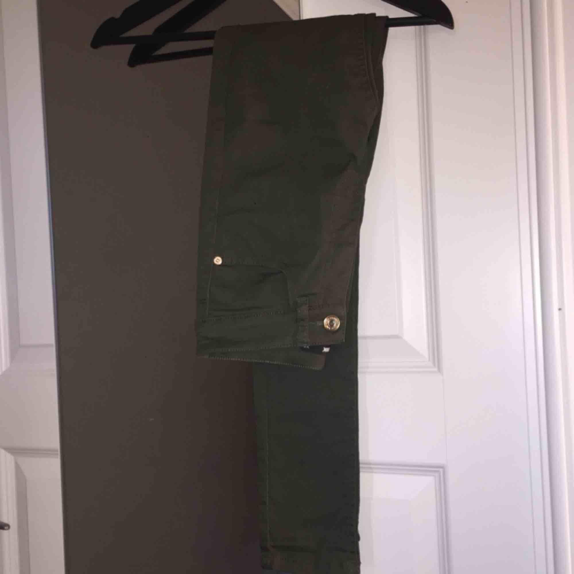 Mörkgröna tighta jeans köpt på Bik Bok. Använda ca 2 gånger, säljer pga dom ej kommer till användning. Storlek XS men skulle kunna funka på en med storlek S. Köparen står för frakt.. Jeans & Byxor.