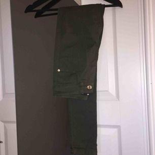 Mörkgröna tighta jeans köpt på Bik Bok. Använda ca 2 gånger, säljer pga dom ej kommer till användning. Storlek XS men skulle kunna funka på en med storlek S. Köparen står för frakt.