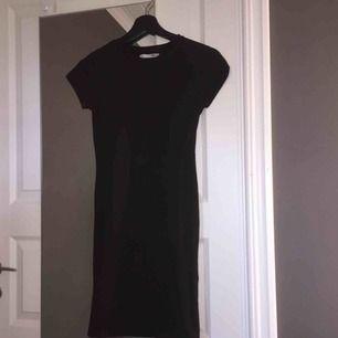 Svart tight T-shirt-klänning från Lager 157. Storlek XS men på sista bilden ser ni hur den sitter på mig med storlek S. (Den passar alltså dig med S också beroende hur du vill att den ska sitta.) Köparen står för frakt.