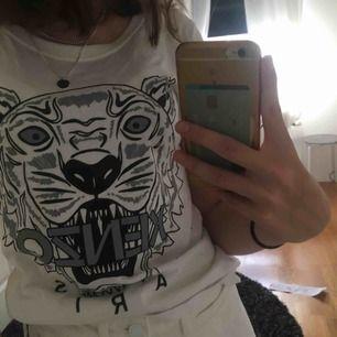 Fake kenzo t-shirt, men jag har kollat på bilder på en äkta och de är i princip identiska, kanske att själva tigern är lite större på den här jag säljer! Den är använd ca 2 gånger och är o väldigt bra skick! Frakt:18kr💕