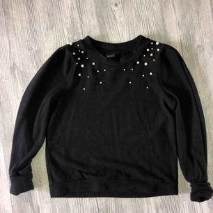Långärmad tröja från ginatricot med pärldetaljer, tröjan är endast lite använd! Möts upp i linköping annars betalar köparen för frakt 💖💖💖