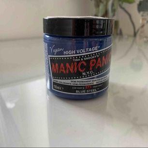 Säljer en manic panic semi-permanent hårfärg i färgen Classic Blue Steel, då det blev en över när jag färgade. Denna färg är verkligen SÅ snygg & ger en cool, kall grå ton till håret! Självklart oöppnad. Nypris: 149kr.