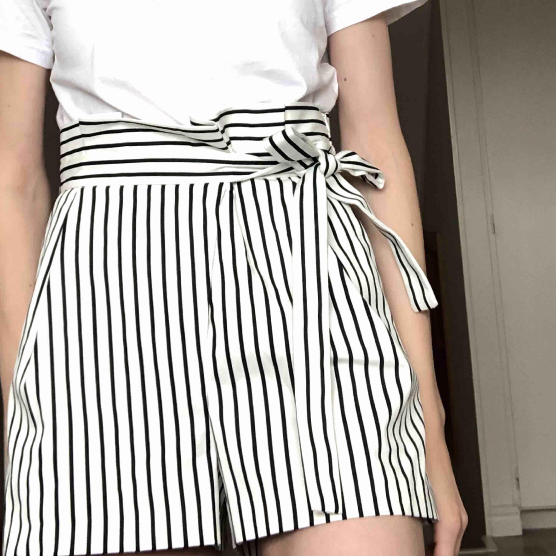 Randiga shorts från Zara i storlek S. Frakt endast 29 kr <3. Shorts.