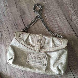 Helt ny och oanvänd Guess väska 😍