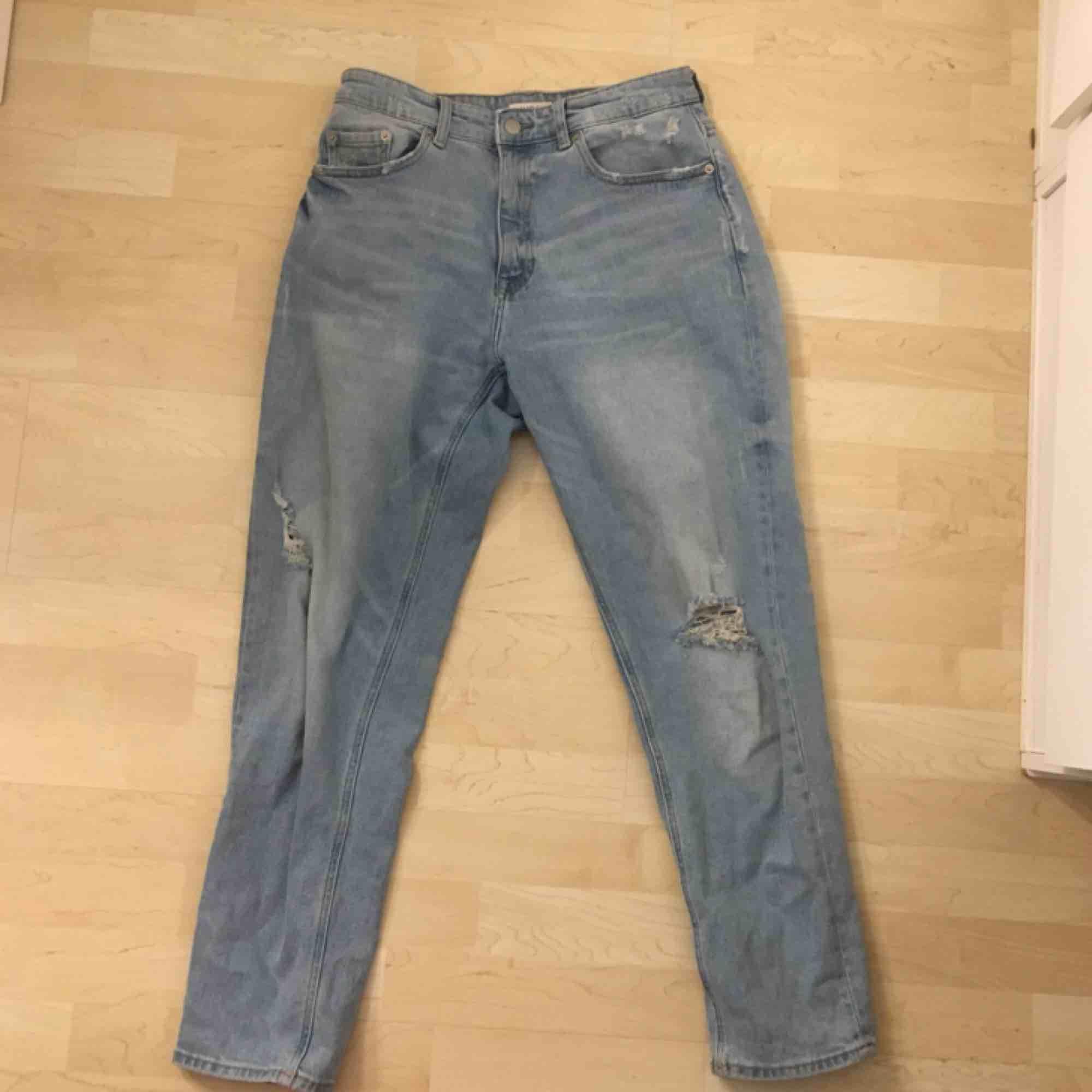 Coola mom-jeans från Lindex i storlek 38, +frakt 63kr spårbart.. Jeans & Byxor.