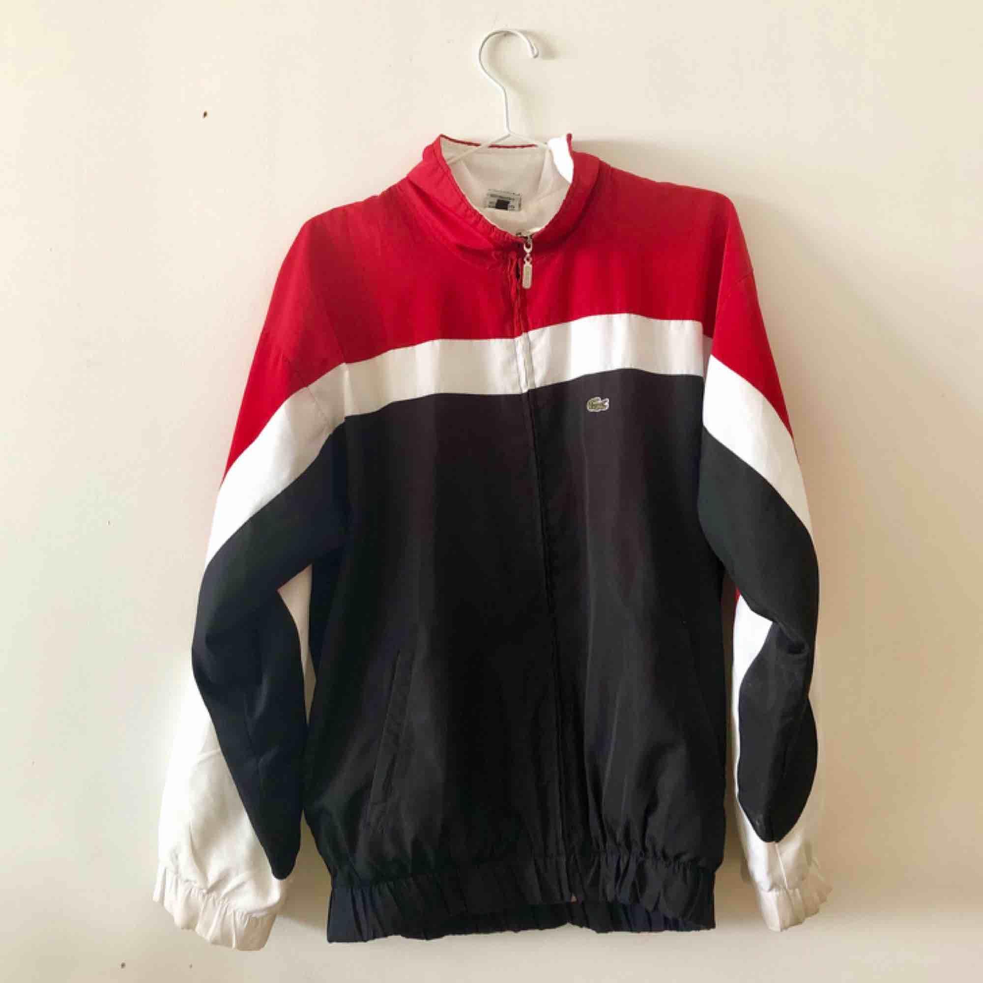 Vintage Lacoste track-jacka. Frakt tillkommer.. Huvtröjor & Träningströjor.