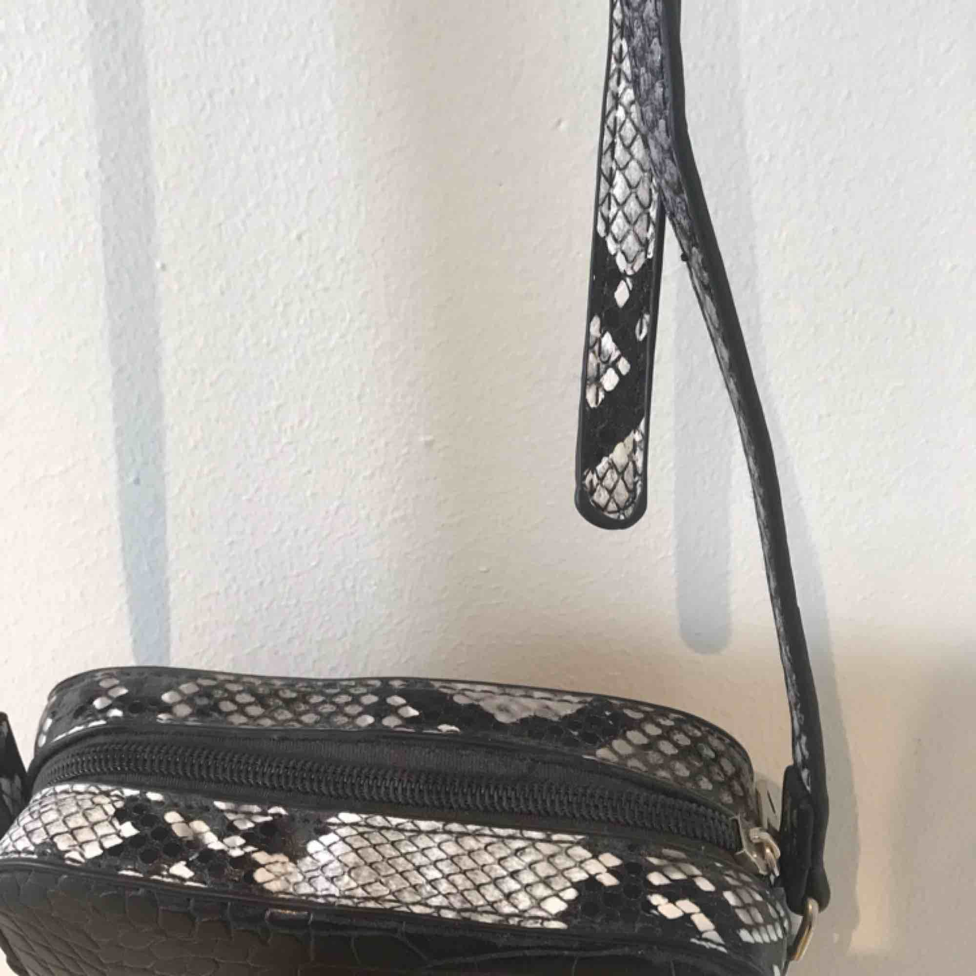 En superfin väska från bikbok! Liten och smidig,passar till alla tillfällen🤩. Väskor.