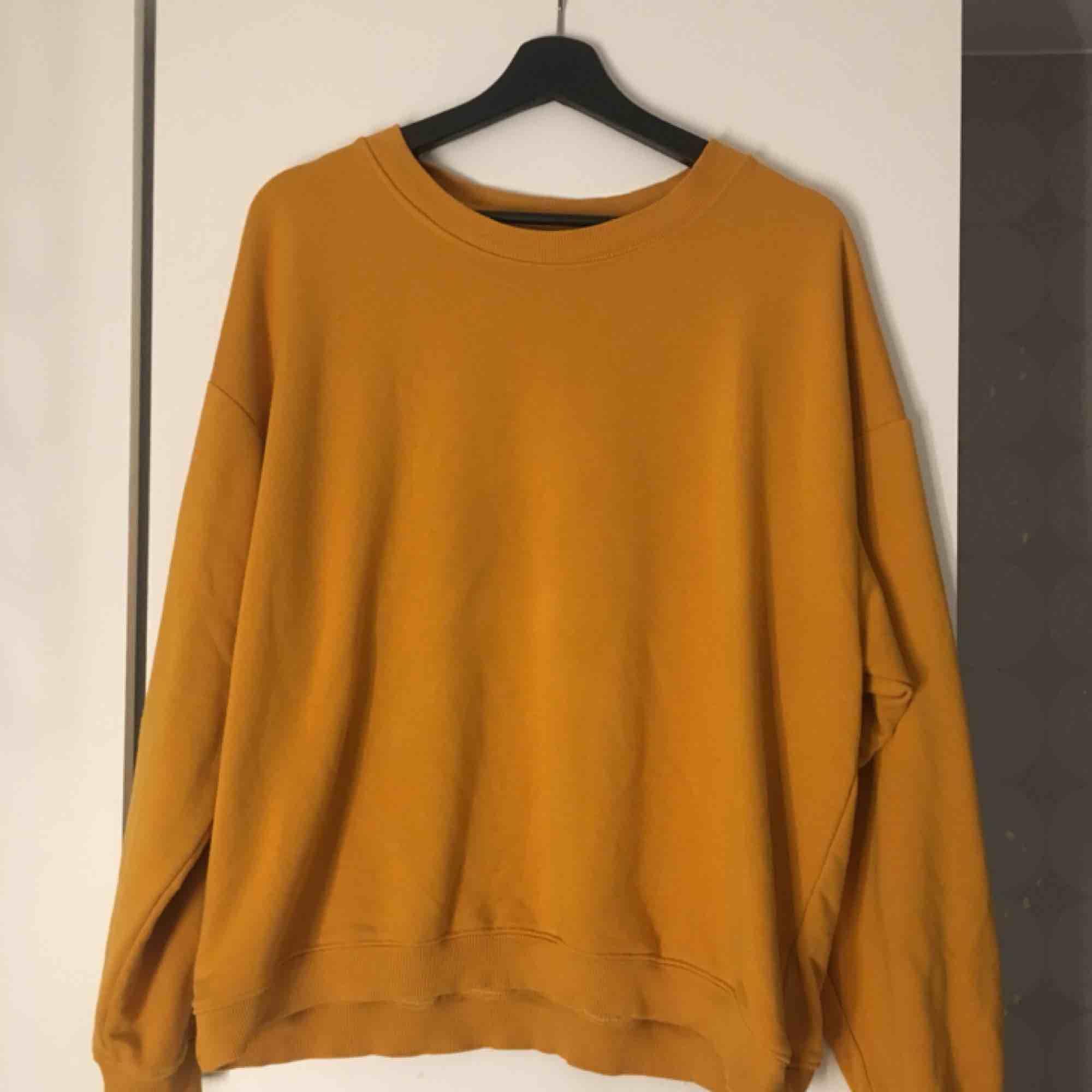 Mustard färgad tröja från monki. +frakt 59kr.. Huvtröjor & Träningströjor.