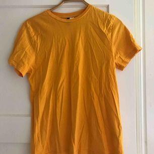Gul t-shirt från hm som inte används längre. Fin färg och fint skick!